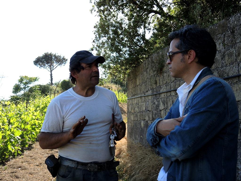 Raffaele Moccia e Tommaso Luongo all'ombra del muro borbonico