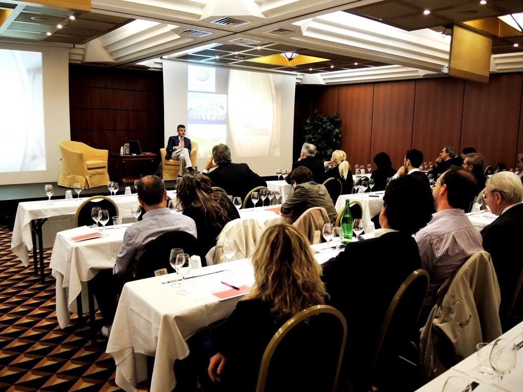 la sala affollata dell'hotel Ramada