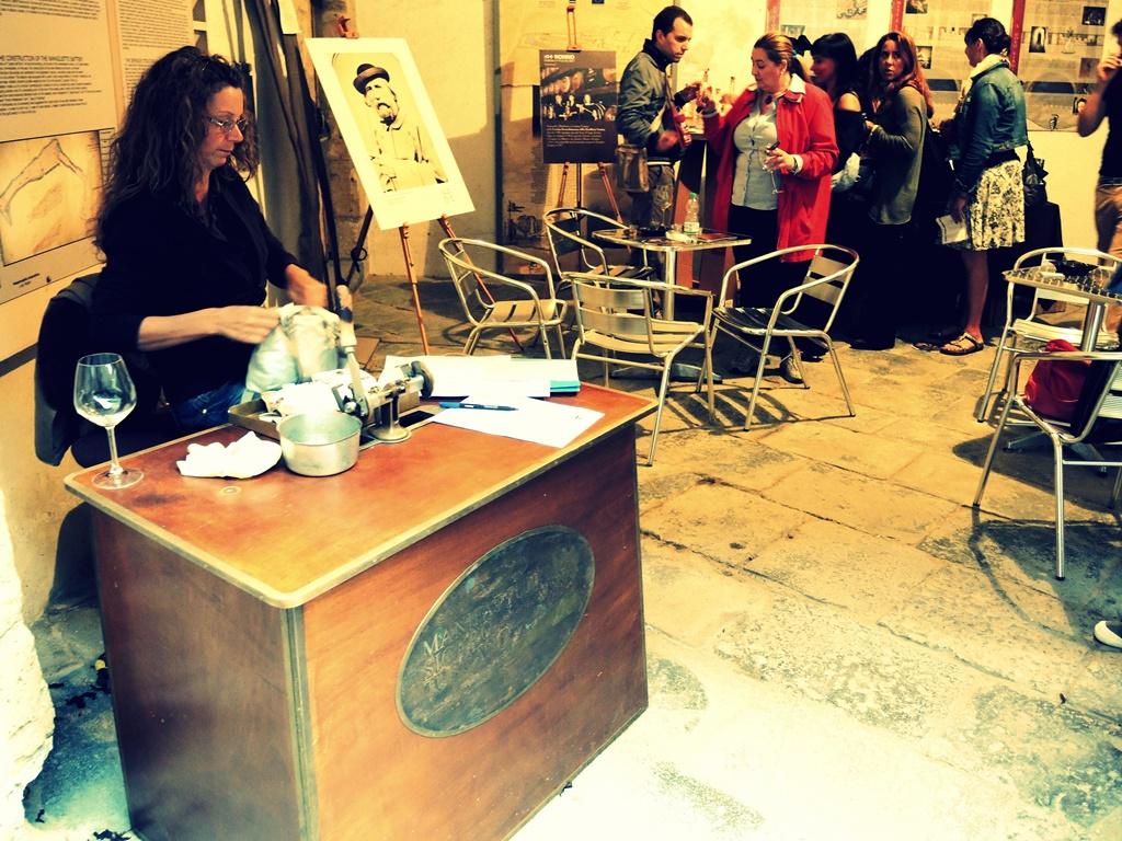 La sigaraia nello stand del Club del Toscano